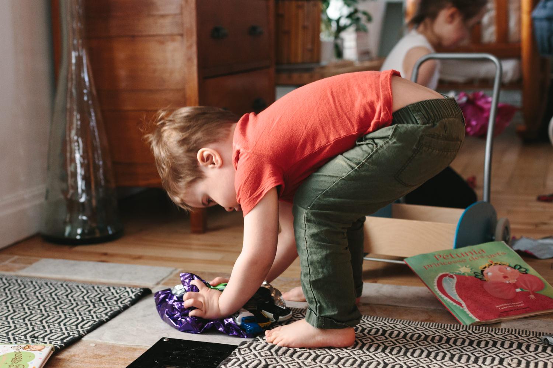 garçon joue jouet emballer atelier camion