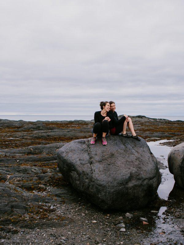 au bord de l'eau, les filles sur la roche le bic atelier camion