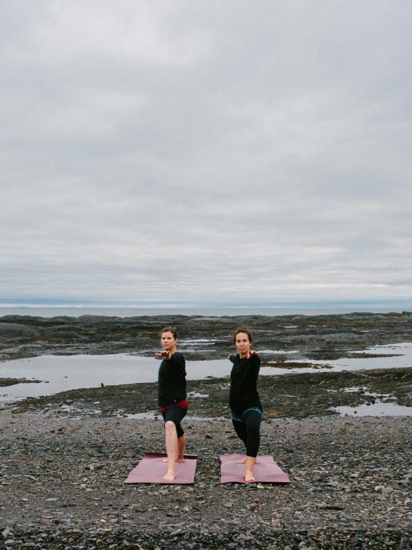 yoga au bord de la mer deux filles le bic atelier camion
