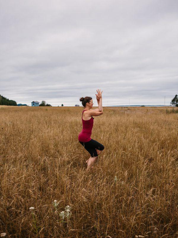 yoga pose blé de mer littoral fleuve le bic atelier camion