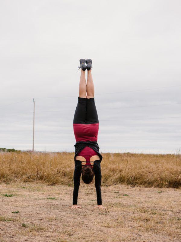 yoga handstand dehors le bic atelier camion
